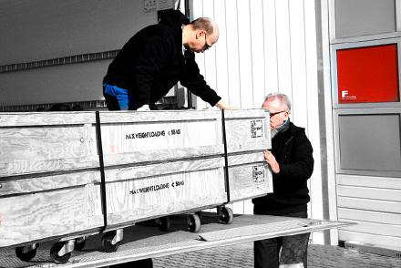 Fairplay übernimmt das Beladen des Lasters, den Transport und das Einlagern Ihrer Messebau-Komponenten.