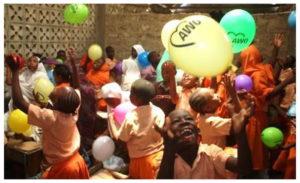 Fotomotiv: Kinder im DAOS Children Home spielen mit Luftballons.