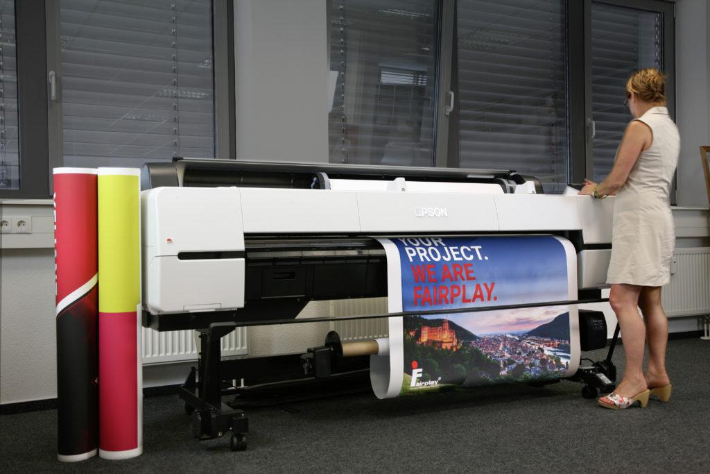 Der neue Drucker: Brilliante Farben und nachhaltig umweltfreundlich – Epson-SureColor SC-P20000 in den Räumen von Fairplay Service
